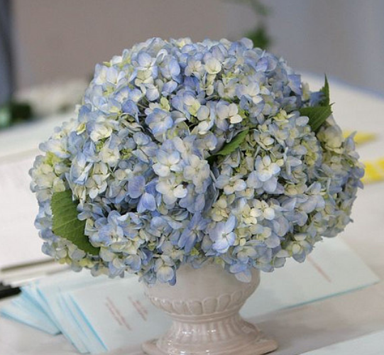Blue-wedding-center-piece-with-a-traditional-style