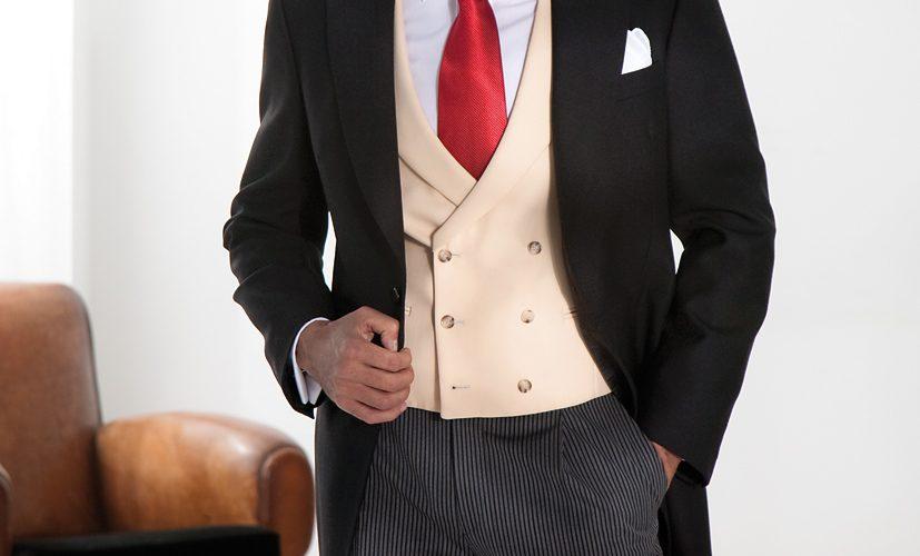 8_Chaleco-cruzado-arena-corbata-roja