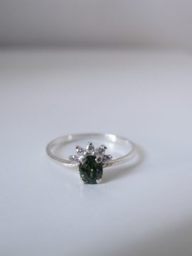 Anillo de compromiso con piedra verde